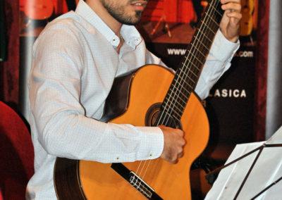 Victor M. Casero (España) interpretanto una pieza del concurso.
