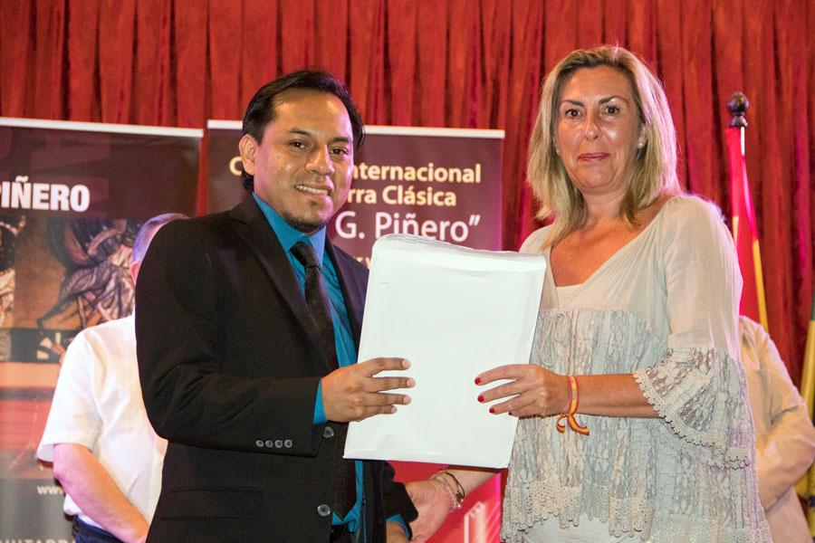 Abraham Velázquez recibiendo el 3º premios de manos de la concejala del Ayuntamiento de El Puerto de Santa María, Marina Peris