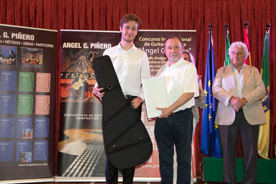 Stanislav Steshenko (2º premio), recibidiendo una guitarra valorada en 3.000 euros ofrecida por Estruch Luthiers